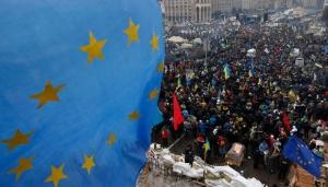 Un-drapeau-europeen-sur-la-place-Maidan-a-Kiev